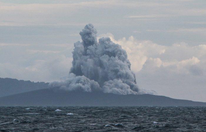 Vista desde el estrecho de la Sonda, en la provincia de Lampung, del volcán Anak Krakatau lanzando ceniza y humo este viernes. EFE/Senja