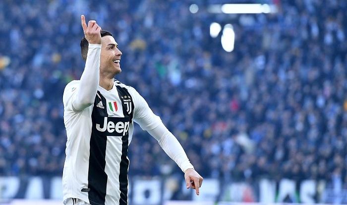Cristiano Ronaldo celebra uno de sus goles durante el partido entre la Juventus y el Sampdoria. EFE