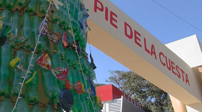 Fotograma que muestra un árbol de navidad ecológico elaborado con botellas de plástico y envolturas de distintos productos alimenticios en el Puerto de Acapulco. EFE