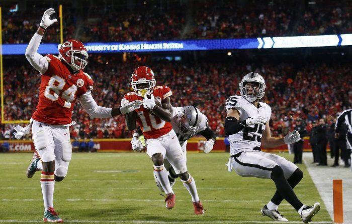 El jugador de Kansas City Chiefs, Tyreek Hill (c), corre con el balón para un touchdown contra los Raiders de Oakland en la segunda mitad del partido de fútbol de la NFL en el Estadio Arrowhead en Kansas City, Misuri, EE.UU. EFE/EPA/LARRY W. SMITH