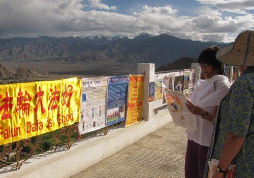 Ladakh es un área remota en el Himalaya, en el extremo norte de la India. Cada verano, Chris y otros practicantes de Falun Dafa visitan la zona para dar a conocer a los habitantes y turistas los ejercicios y les informan acerca de la persecución. (Crédito: Minghui.org)