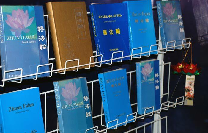 Zhuan Falun, el libro principal de Falun Dafa esta traducido al español y a decenas de otros idiomas. /crédito: foto Minghui.org)