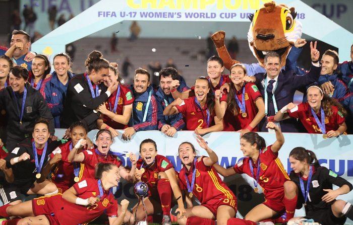 Las jugadoras españolas celebran la victoria ante México tras la final de la Copa Mundial Femenina de Fútbol Sub-17 hoy, en Montevideo (Uruguay). EFE/Raúl Martínez