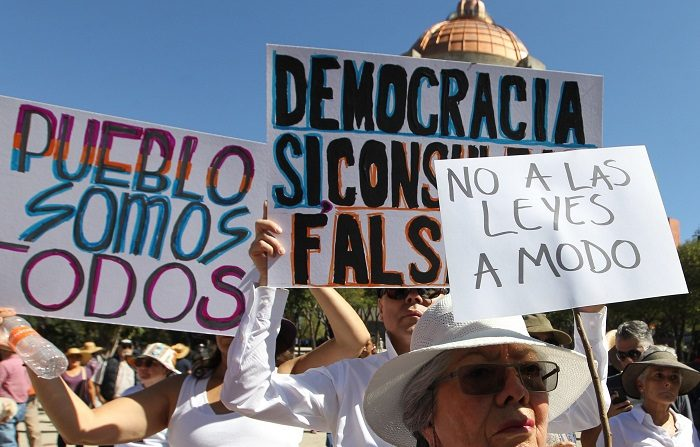 Miles de personas participan en una manifestación hoy contra el nuevo presidente de México, Andrés Manuel López Obrador, en Ciudad de México (México). EFE/Mario Guzmán