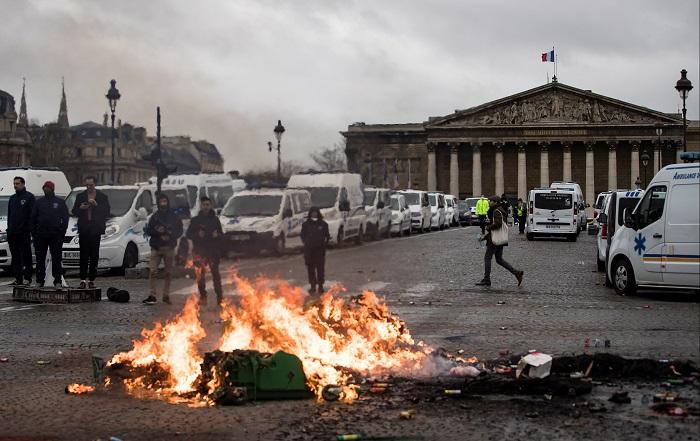 Conductores de ambulancias inician un fuego ante la Asamblea Nacional, en París, Francia, hoy, 3 de diciembre de 2018. Los manifestantes bloquearon el tráfico junto a la Asamblea Nacional para exigir la suspensión de una reforma del sistema de financiación de los transportes sanitarios. EFE/ Ian Langsdon