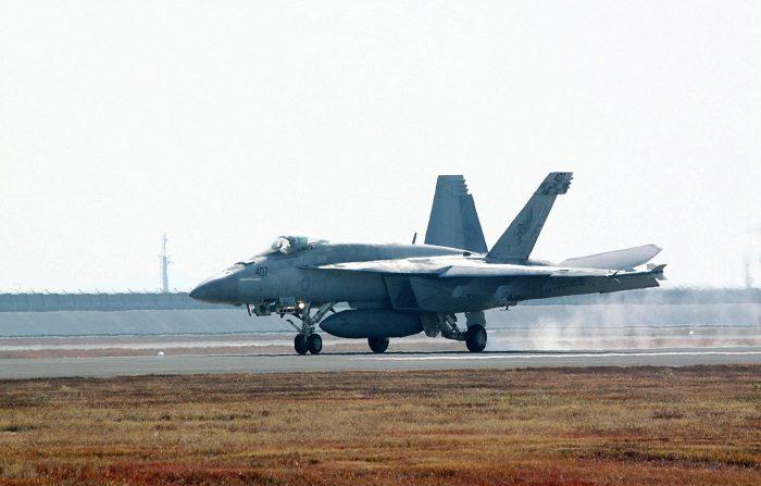 Vista de un caza Douglas Hornet F / A-18 después de aterrizar en la Estación Aérea Iwakuni del Cuerpo de Marines de EE. UU. en Iwakuni, prefectura de Yamaguchi, oeste de Japón, 28 de noviembre de 2017 (emitida el 6 de diciembre de 2018). Según informes de los medios de comunicación, un F / A-18 y un KC-130 con base en la Estación Aérea Iwakuni de la Infantería de Marina de los EE. UU. se vieron involucrados en un accidente durante el reabastecimiento de combustible a 100 kilómetros de la costa de Japón el 6 de diciembre de 2018. Personal militar de los Estados Unidos fue rescatado por las Fuerzas de Autodefensa Marítima de Japón, mientras que seis siguen desaparecidos. EFE/JIJI PRESS