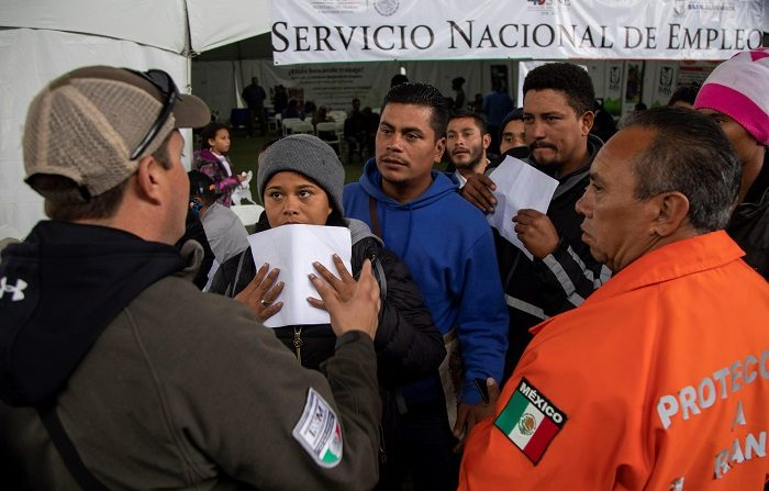 """Integrantes de la caravana migrante de centroamericanos tramitan un permiso temporal para legalizar su estancia hoy en la ciudad de Tijuana (México). El Gobierno de México informó hoy que tiene """"bien ubicados"""" a unos 5.500 migrantes centroamericanos y unos 500 más se encuentran dispersos en Tijuana, ciudad fronteriza con Estados Unidos a la que llegaron desde el pasado 11 de noviembre. EFE/Alonso Rochin"""