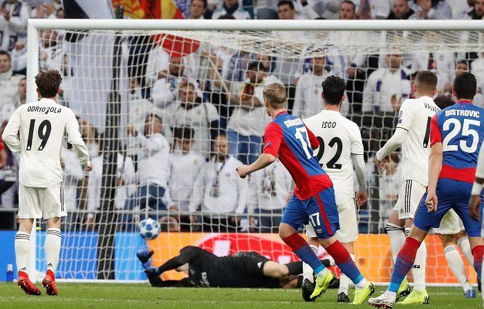 El delantero del CSKA de Moscú Arnór Sigurdsson (4d) lanza a puerta para conseguir el tercer gol de su equipo ante el Real Madrid, durante el partido de la sexta jornada de la fase de grupos de la Liga de Campeones que Real Madrid y CSKA de Moscú disputan esta noche en el estadio Santiago Bernabéu. EFE/J.P.Gandul