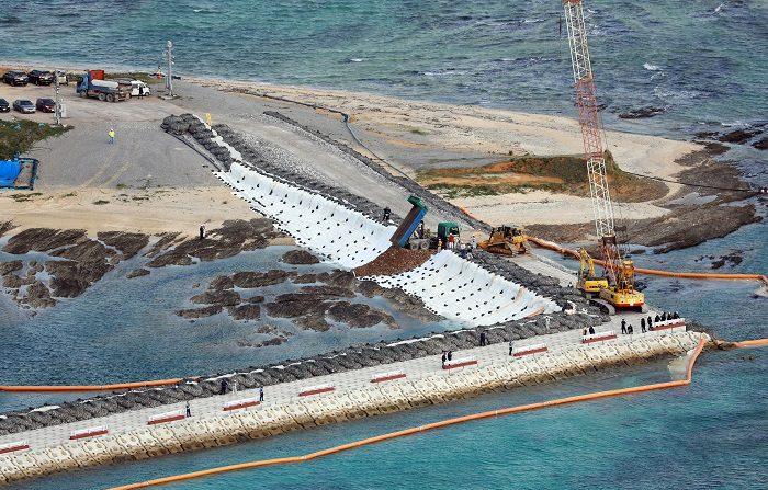 Vista aérea de las obras en progreso del distrito de Henoko, en Nago (Japón), hoy, 14 de diciembre de 2018. Equipos pesados comenzaron hoy el relleno de una zona de la costa japonesa de Okinawa donde se trasladará una base militar de Estados Unidos, un proyecto que están encontrando la oposición del gobierno local y de grupos ecologistas. EFE/ Hitoshi Maeshiro SÓLO USO EDITORIAL? NO ARCHIVO? PROHIBIDO SU USO EN JAPÓN