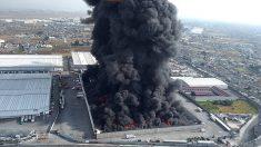 Incendio en fábrica fuerza cierre de aeropuerto y avenidas en México