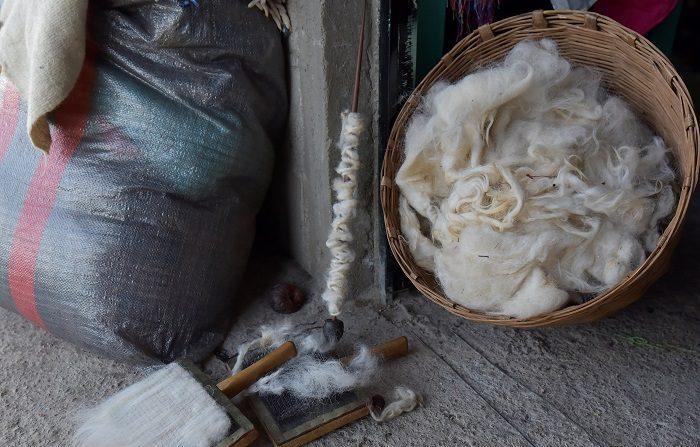 Vista de utensilios y lana de borrego para la elaboración de prendas de vestir, ayer, sábado 22 de diciembre, en el municipio de San Juan Chamula, en el estado de Chiapas (México). Los textiles de lana son toda una tradición en el municipio de San Juan Chamula del estado mexicano de Chiapas, donde los indígenas tzotziles crían ovejas exclusivamente para obtener su pelaje y convertirlo en bellas prendas típicas, pues las consideran animales sagrados. EFE/Rodrigo Pardo