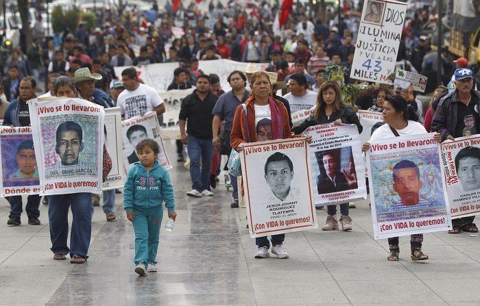 Familiares de los 43 estudiantes de la Escuela de Ayotzinapa, desaparecidos el 26 de septiembre de 2014, realizan hoy una peregrinación a la Basílica de la Guadalupe al cumplirse 51 meses de su desaparición, en Ciudad de México (México). EFE/Sáshenka Gutiérrez