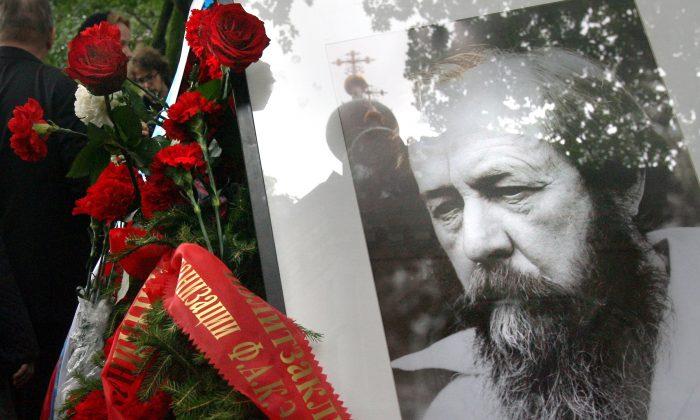 Rosas en la tumba del escritor y disidente ruso Alexander Solzhenitsyn en Moscú, el 6 de agosto de 2008. El escritor ruso ganador del Premio Nobel puede ayudarnos a recordar los horrores del socialismo, que parecen estar siendo olvidados por muchos en Estados Unidos hoy en día. (NATALIA KOLESNIKOVA/AFP/Getty Images)