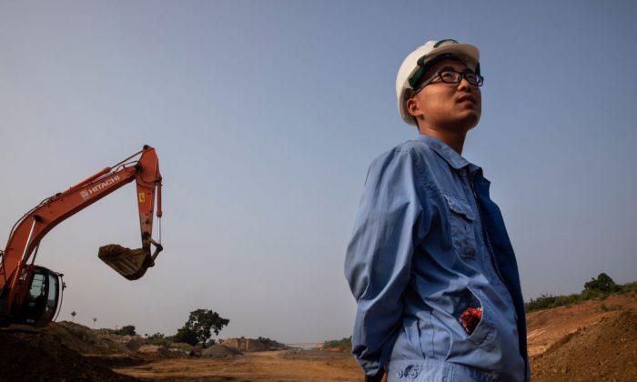 Un ingeniero de obra chino en el lugar en construcción mientras continúa la extensión de la Autopista del Sur  de Matara a Hambantota,  cerca de Hambantota, Sri Lanka, el 16 de noviembre de 2018. (Paula Bronstein/Getty Images)