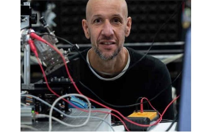 Física y nanotecnología se unen para detectar el cáncer en muestras de sangre, a través de investigaciones de El físico Javier Tamayo y su equipo trabajan en un dispositivo nanométrico capaz de escudriñar, en una muestra de sangre, proteínas vinculadas a tumores de pulmón y mama en concentraciones mínimas. EFE