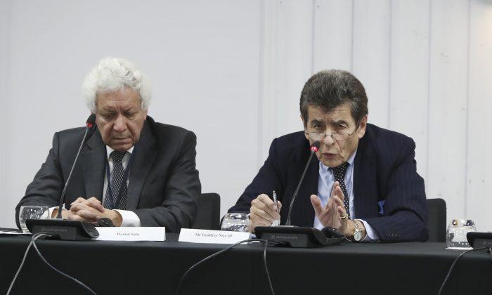 Asesor jurídico del tribunal Hamid Sabi y presidente del tribunal Sir Geoffrey Nice QC en el primer día de audiencias públicas en Londres, el 8 de diciembre de 2018. (Justin Palmer)