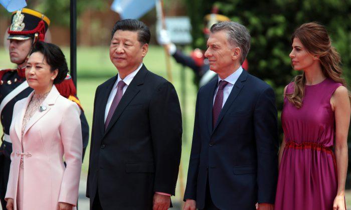 El presidente de Argentina Mauricio Macri y su esposa Juliana Awada reciben al líder chino Xi Jinping y a su esposa Peng Liyuan después de la Cumbre de Líderes del G20 Buenos Aires 2018, el 2 de diciembre de 2018 en Buenos Aires, Argentina. (Ricardo Ceppi/Getty Images)