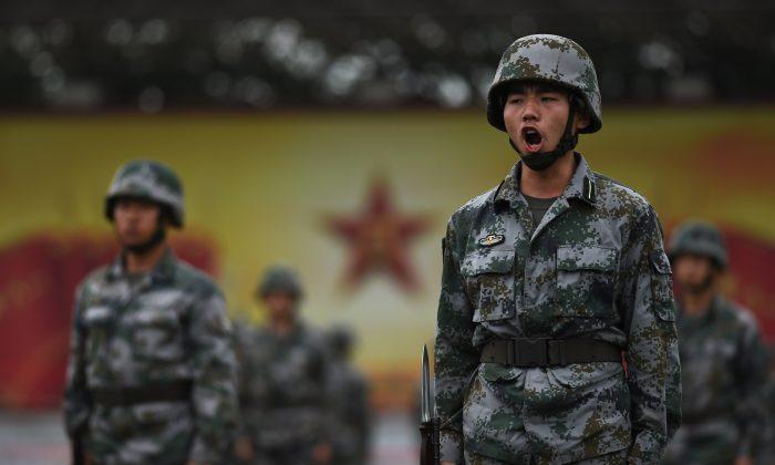 Cadetes del Ejército Popular de Liberación de China se entrenan en Beijing el 22 de julio. El ejército chino está estableciendo nuevos estándares para estudiar la doctrina comunista a expensas del entrenamiento. (Greg Baker/AFP/Getty Images)