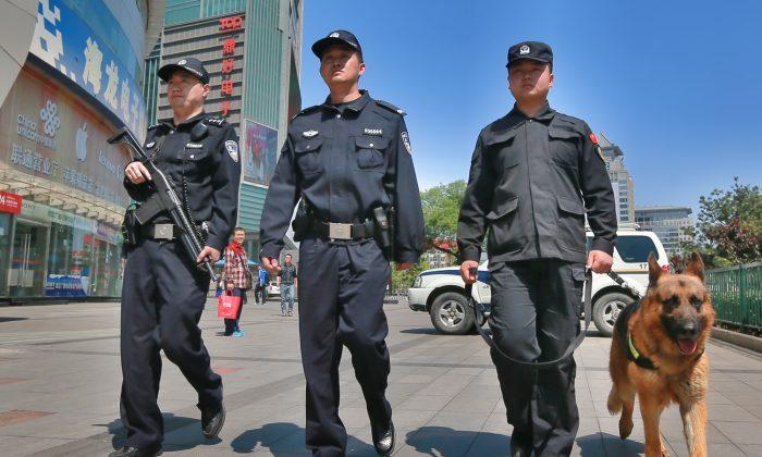 Policías armados patrullan una calle en Beijing, China, el 12 de mayo de 2014. (VCG/VCG vía Getty Images)