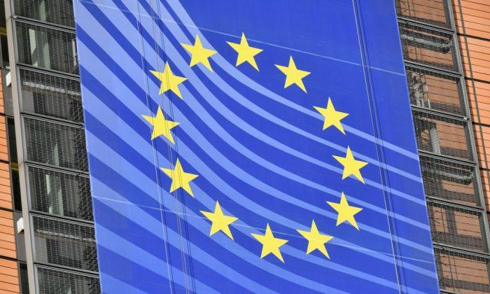 Una pancarta con la bandera europea adorna la fachada de la Comisión Europea en Bruselas el 14 de noviembre de 2018. (Emmanuel Dunand/AFP/Getty Images)