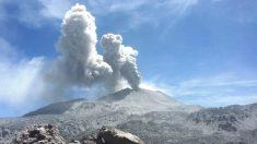 Dron sobrevuela intrépidamente cráter de volcán en plena erupción en Perú