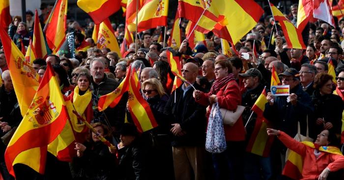 La gente ondea banderas españolas durante una manifestación convocada por VOX contra los separatistas catalanes el 1 de diciembre de 2018 en Madrid. (Foto de OSCAR DEL POZO/AFP/Getty Images)