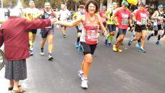Revelan quién es la anciana del video viral que recibe a maratonistas chocándoles los 'cinco'