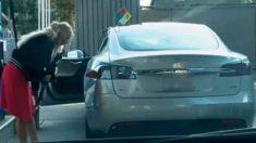 Esta mujer intenta cargar gasolina en un auto eléctrico Tesla y su inocencia se hace viral