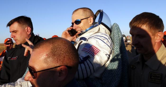 El personal de tierra transporta al astronauta de la NASA Andrew Feustel poco después de aterrizar en una zona remota a las afueras de la ciudad de Dzhezkazgan (Zhezkazgan), Kazajstán, el 4 de octubre de 2018. - (Foto de MAXIM SHIPENKOV/AFP/Getty Images)