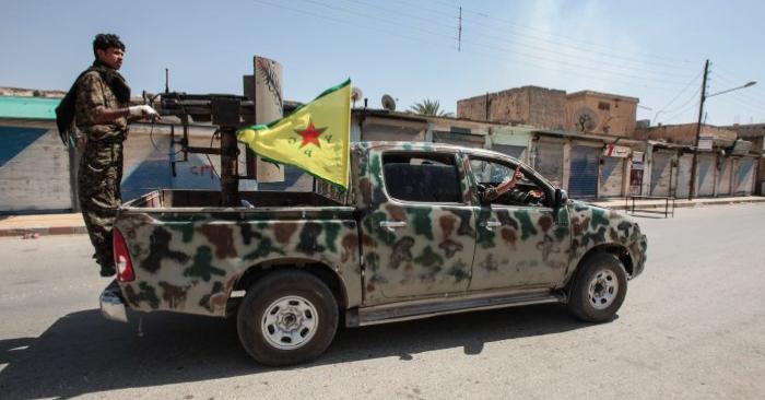 Las unidades de protección del pueblo Kurdo, o combatientes del YPG, controlan el centro de Tal Abyad, Siria, el 19 de junio de 2015. (Ahmet Sik/Getty Images)