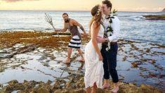 Aquaman sale del agua y se suma a sesión de fotos de recién casados en Hawái