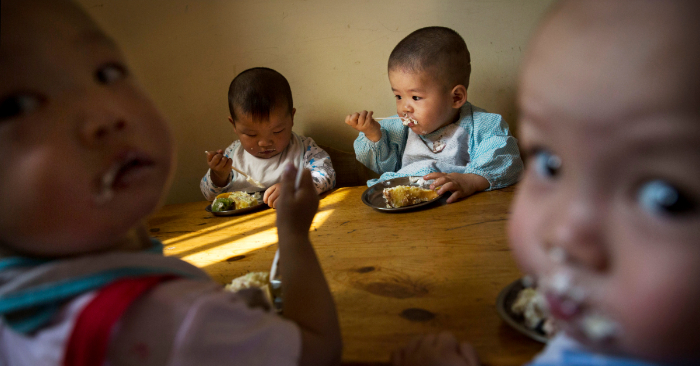 Trabajador social vive una vida austera y cuando muere deja millones a los niños