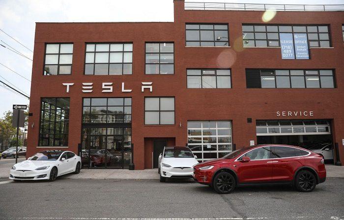 Los autos Tesla están estacionados frente a un concesionario Tesla en el vecindario de Red Hook en Brooklyn, en la ciudad de Nueva York. Un vehículo como el de la imagen presentó el primer accidente de Tesla en piloto automático en Asia (Foto de Drew Angererer/Getty Images)
