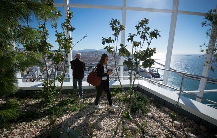Periodistas descubren la sala vegetal de la terraza de la torre de la Marsellesa. (Foto de GERARD JULIEN / AFP) (El crédito de la foto debe ser GERARD JULIEN/AFP/Getty Images)