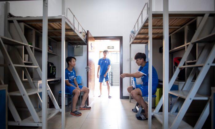 Esta foto, tomada el 21 de septiembre de 2018, muestra a estudiantes en su dormitorio después de una sesión de entrenamiento en la Academia de Fútbol de Guangzhou en Meizhou, en la provincia de Guangdong, en el sur de China. (JOHANNES EISELE/AFP/Getty Images)