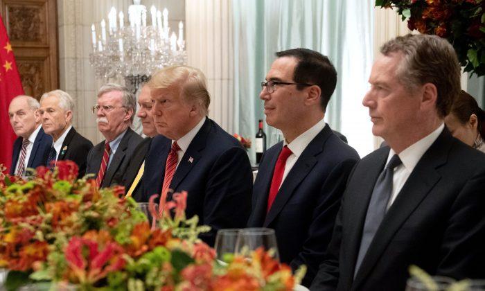 El presidente de EE. UU. Donald Trump (C), el secretario de Hacienda Steven Mnuchin (2º der), el representante comercial Robert Lighthizer (der), el jefe de gabinete de la Casa Blanca John Kelly (izq), el asistente del presidente Peter Navarro (2º izq), el consejero de seguridad nacional John Bolton (3º izq) y el secretario de Estado Mike Pompeo celebran una cena con el mandatario chino Xi Jinping (no en la foto) en la cumbre del G-20 en Buenos Aires, Argentina, el 1 de diciembre de 2018. (SAUL LOEB/AFP/Getty Images)