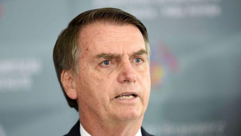 El presidente de Brasil, Jair Bolsonaro, se dirige a la prensa después de una reunión en la sede del Ejército Brasileño en Brasilia, el 5 de diciembre de 2018. (EVARISTO SA/AFP/Getty Images)