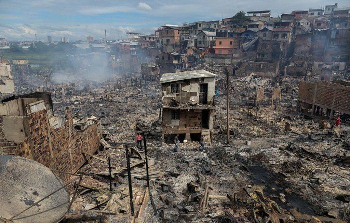 El incendio urbano en México, que se extendió rápidamente, avivado por fuertes ráfagas de viento en ese momento, dijeron las autoridades. (Foto de Michael Dantas / AFP) (El crédito de la foto debe leer MICHAEL DANTAS/AFP/Getty Images)