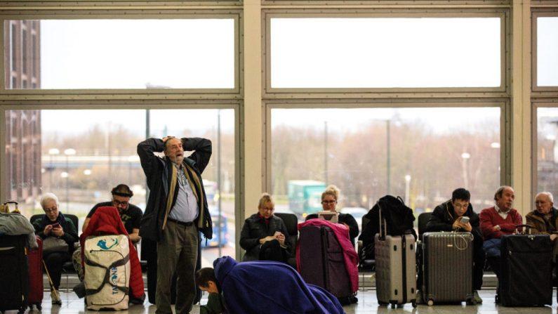 Los pasajeros esperan en el edificio terminal del sur en el aeropuerto de Londres Gatwick después de que los vuelos reanudaron el 21 de diciembre de 2018 en Londres, Inglaterra. Las autoridades de Gatwick han reabierto la pista luego de que los aviones no tripulados fueron vistos en el aeropuerto por tres días. La policía continúa la búsqueda de más operadores de drones responsables. (Jack Taylor / Getty Images)