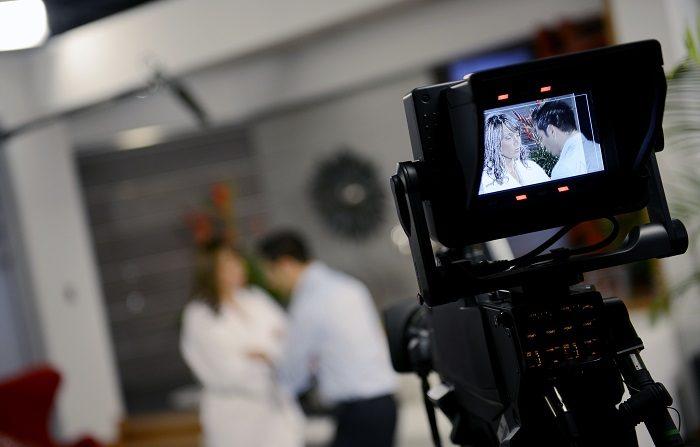 Los actores actúan durante la grabación de una telenovela en un estudio de televisión en Caracas el 25 de julio de 2012. AFP PHOTO/Leo RAMIREZ (El crédito de la foto debe leer LEO RAMIREZ/AFP/GettyImages)