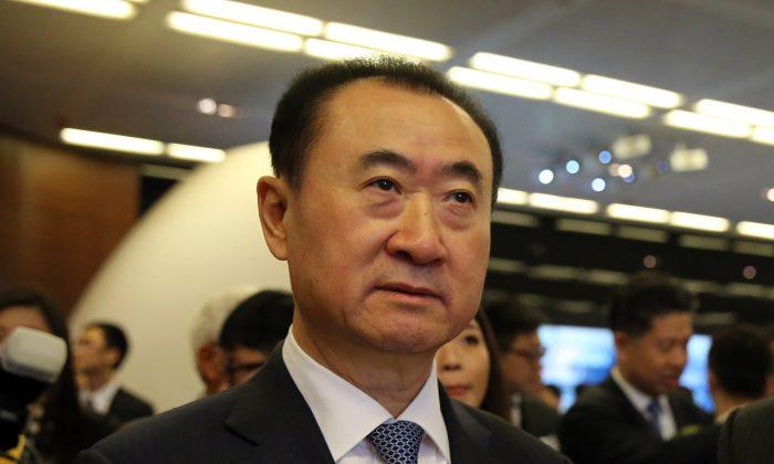 Wang Jianlin, CEO de Dalian Wanda Commercial Properties Co. llega para la salida a bolsa de la compañía en Hong Kong, el 23 de diciembre de 2014. (Isaac Lawrence/AFP/Getty Images)