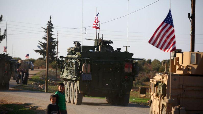 Un convoy de vehículos blindados de las fuerzas estadounidenses se desplaza cerca de la aldea de Yalanli, en las afueras occidentales de la septentrional ciudad siria de Manbij, el 5 de marzo de 2017. (DELIL SOULEIMAN/AFP/Getty Images)