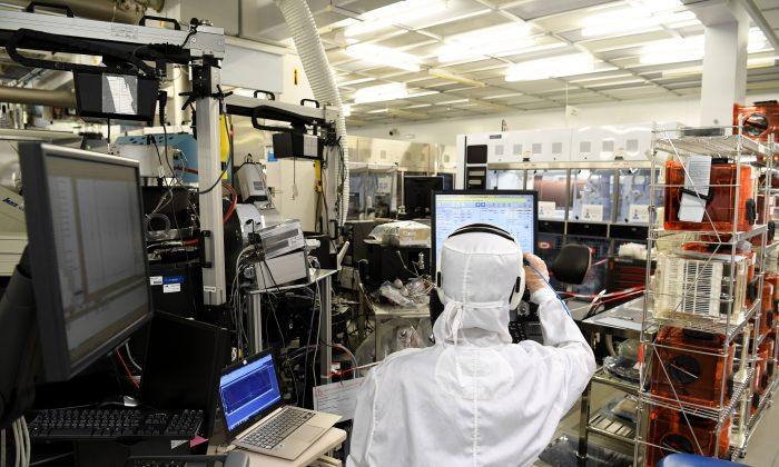 Un ingeniero trabaja en las instalaciones de una sala estéril del LETI, un instituto francés de investigación de electrónica y tecnologías de la información fundado por la Comisión Francesa de Energías Alternativas y Energía Atómica (CEA). (JEAN-PIERRE CLATOT/AFP/Getty Images)