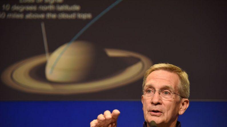 El Gerente del Proyecto Cassini, Earl Maize, habla al final de la sesión informativa previa a la misión de la NASA para la misión Cassini a Saturno. Los anillos de Saturno se está esfumando y lo hacen a la tasa máxima estimada hace décadas con las observaciones de las sondas espaciales Voyager 1 y 2  (El crédito de la foto debe leer ROBYN BECK/AFP/Getty Images)