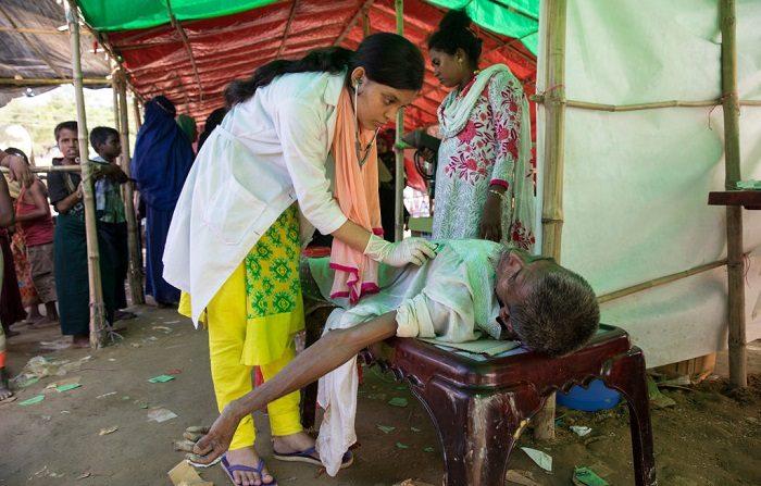 Paciente Syed Noor, de 50 años de edad, recibe tratamiento en una tienda de campaña médica después de sufrir un colapso debido a un ataque de epilepsia (Foto de Paula Bronstein/Getty Images)