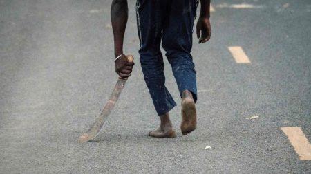 Asaltan con machetes a estadounidenses en Kenia mientras el coche graba las imágenes