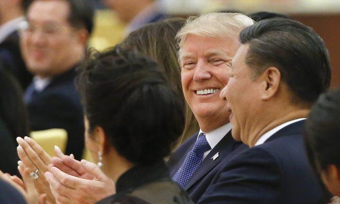 El presidente de los Estados Unidos Donald Trump y el mandatario de China Xi Jinping (Der.) asisten a una cena de estado en el Gran Salón del Pueblo en Beijing, el 9 de noviembre de 2017. (THOMAS PETER/AFP/Getty Images)