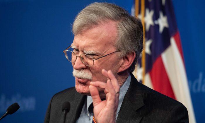 El asesor de seguridad nacional de Estados Unidos, John Bolton, habla sobre la nueva política africana de la administración estadounidense en la Heritage Foundation en Washington, DC, el 13 de diciembre de 2018. (NICHOLAS KAMM/AFP/Getty Images)