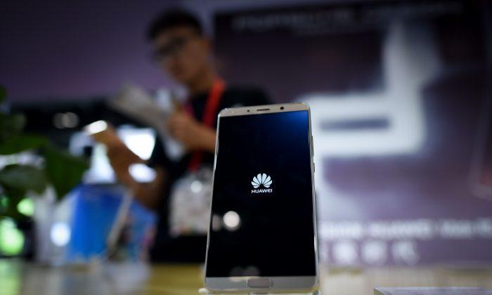 Un teléfono móvil Huawei en exhibición en Beijing, el 9 de julio de 2018. (WANG ZHAO/AFP/Getty Images)