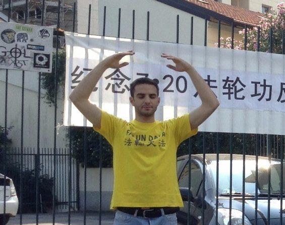 Davide praxtica los ejercicios en una actividad para informar sobre los beneficios de Falun Dafa y su persecución en China. Crédito de foto: cortesía de Davide F. para LGE)